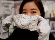 日本品牌 COX 推出镶钻、镶珍珠口罩,售价100万日元